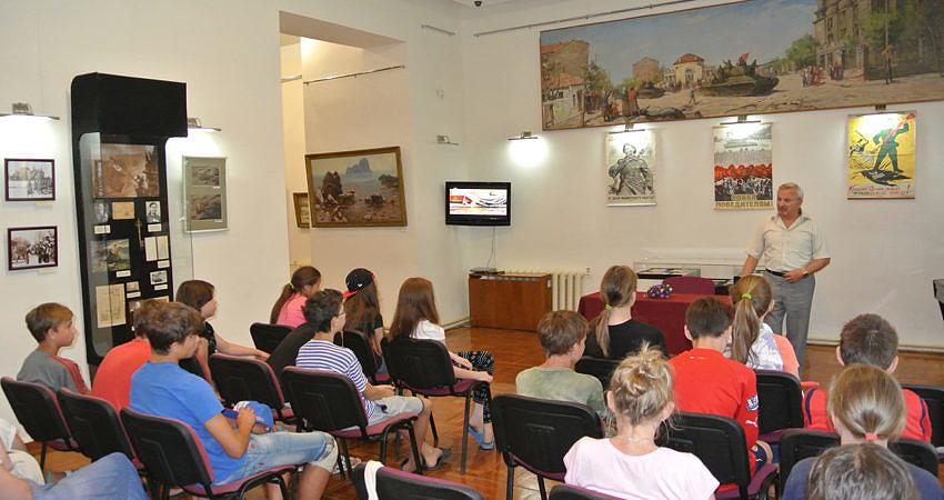 В Евпатории в День памяти и скорби детдомовцам рассказали о войне.